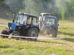Гонки на тракторах прошли во время празднования