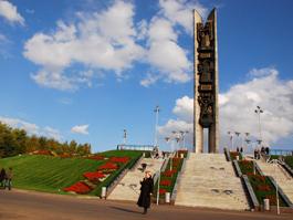 26 июня монументу Дружбы народов исполнилось 40 лет: Как «штаны Сысоева» стали «лыжами Кулаковой»