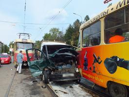 «Газель» зажало между трамваями на улице Гагарина в Ижевске