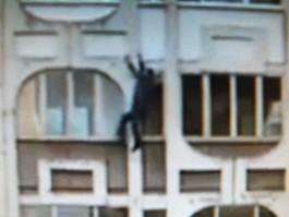 Ижевчанин снял на видео падающего с 4-го этажа мужчину