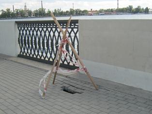 Около провала на набережной Ижевского пруда поставили ограждение