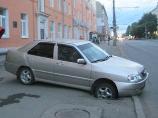 В Ижевске автомобиль провалился в яму