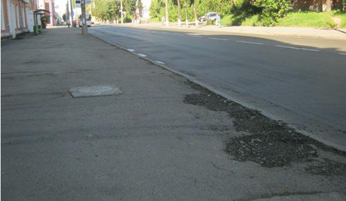 Фотофакт: яму, в которую провалился автомобиль ижевчанина, засыпали спустя две недели