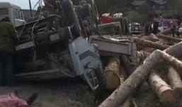 КамАЗ, груженный лесом, перевернулся в Удмуртии