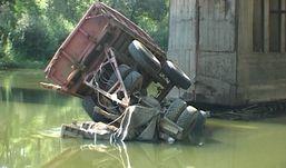 Груженый щебнем КамАЗ упал с моста в реку Сива в Удмуртии