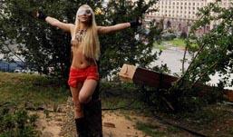 Полуголые активистки Femen спилили крест в поддержку Pussy Riot