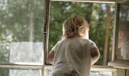 В Ижевске  трехлетняя девочка выпала из окна 9  этажа