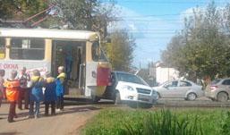 Иномарка блокировала движение трамваев на улице Гагарина в Ижевске
