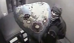 В Ижевске грабитель пытался разобрать банкомат, прикрываясь шариками