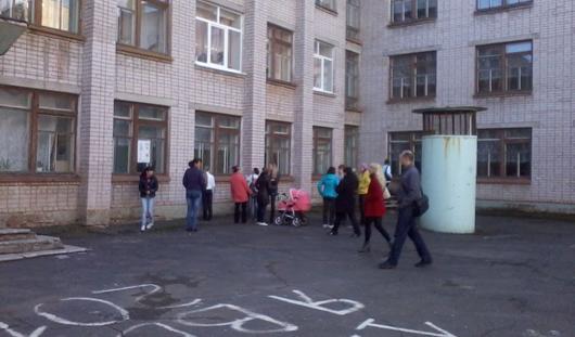 Фотофакт: родители ижевских первоклассников облепили окна школы