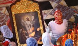 В храме Христа Спасителя мужчина облил чернилами икону
