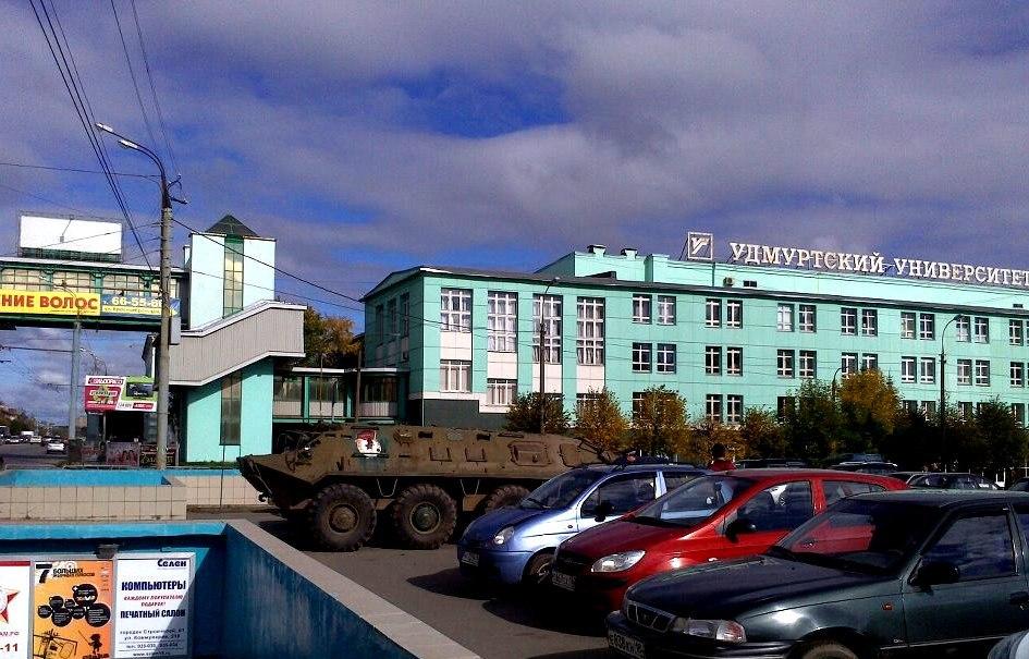 Танки в городе: в Ижевске у Ледового дворца  припарковался бронетранспортер