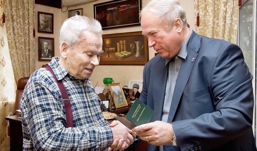 Михаила Калашникова наградили уникальным памятным знаком