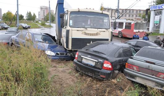 В Ижевске фура протаранила 10 автомобилей
