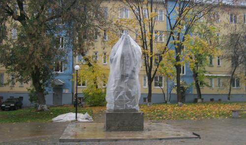 Фотофакт: памятник, который официально откроют на следующей неделе, уже установили в Ижевске