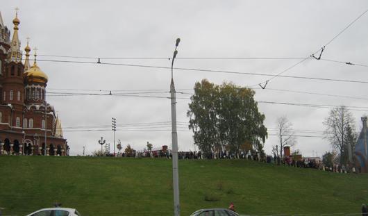 Фотофакт: огромная очередь верующих выстроилась в Свято-Михайловский собор в Ижевске