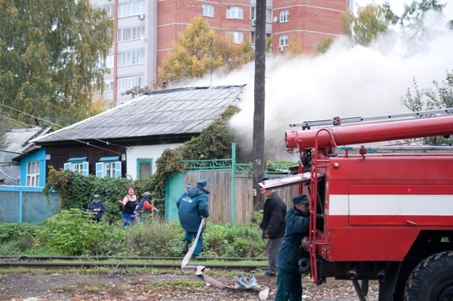 Пожарные спасают дом в частном секторе Ижевска