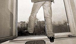 Ижевчанин грозил выпрыгнуть с 9-го этажа, не желая открывать дверь врачам «скорой»