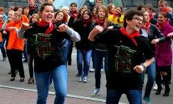 Молодежь Удмуртии станцевала перед Домом дружбы народов