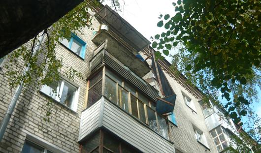 В Брянске в жилом доме обрушился балкон