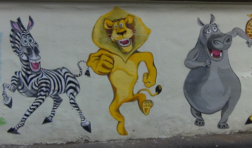 Фотофакт: героев из «Мадагаскара» нарисовали на стене дома в Ижевске