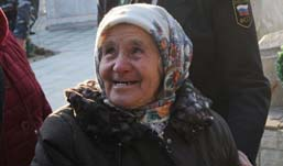 Бурановская бабушка впервые побывала на могиле отца