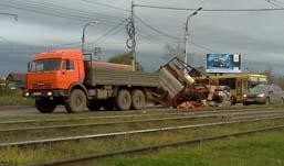 В Ижевске у КамАЗа перевернулся прицеп