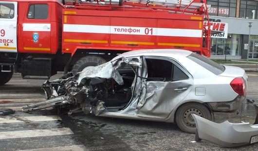 ДТП в Ижевске: от удара иномарки у грузовика оторвало ось