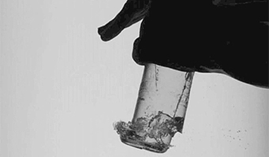 Учёные разгадали, почему бутылка с водой разбивается от удара по ней ладонью