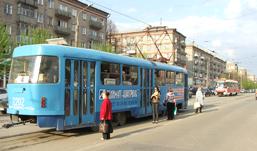 Почему пассажиры ждут трамвай на улице Ленина прямо на проезжей части?