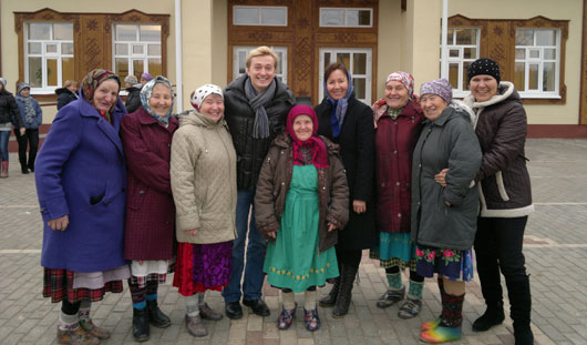 «Бурановские бабушки» научили Сергея Безрукова печь перепечи