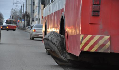Фотофакт: на улице Горького в Ижевске у троллейбуса спустило колесо