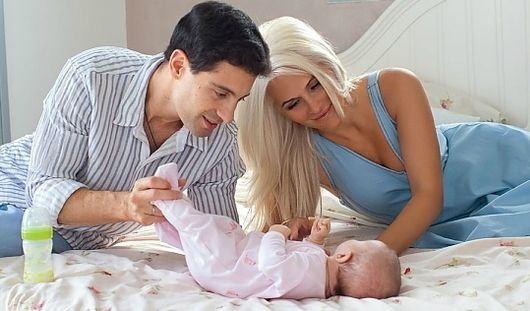 Антон и Вика Макарские впервые показали свою новорожденную дочку