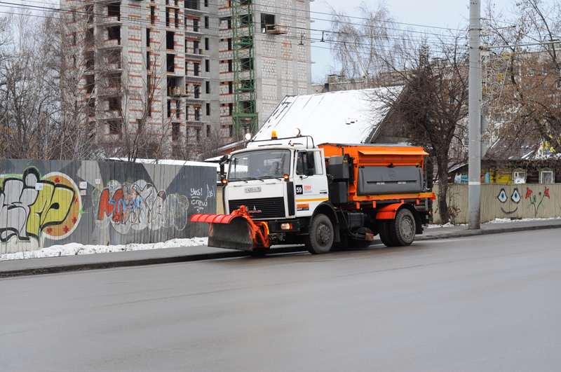 Фотофакт: машина для обсыпки дорог новым химреагентом вышла на улицы Ижевска