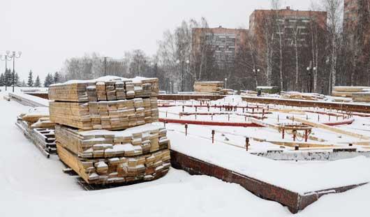Строительство деревянной горки началось на Центральной площади Ижевска