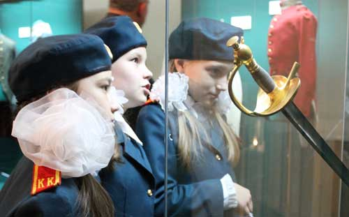 Экспонаты новой выставки привезли в Ижевск на бронемашине с вооруженной охраной