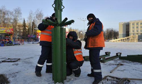 Фотофакт: На Центральной площади Ижевска начали установку новогодней елки