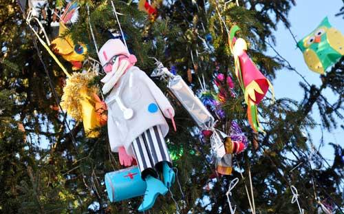 Елку в Ижевске нарядили игрушками, сделанными детьми