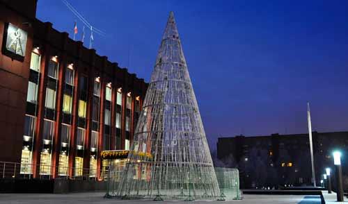 Фотофакт: металлическую елку установили около здания Администрации Ижевска