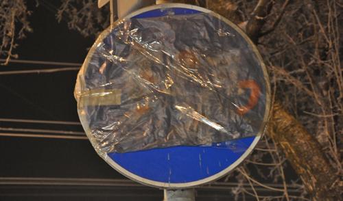 Фотофакт: дорожный знак по улице Лихвинцева в Ижевске перемотали скотчем