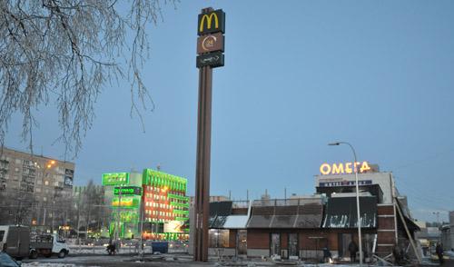 Фотофакт: в Ижевске возле «Макдоналдса» появилась фирменная стела с буквой «М»