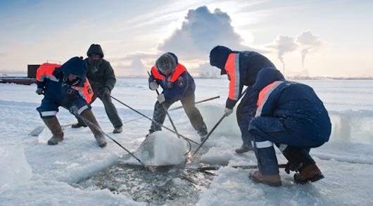 Фотофакт: сотрудники МЧС Удмуртии на Ижевском пруду готовят купель для крещенского купания