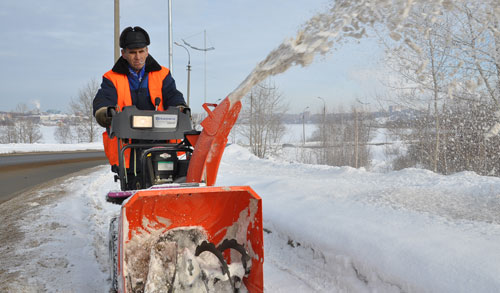 Фотофакт: ижевские коммунальщики убирают тротуары с помощью новой снегоуборочной техники