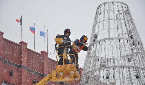 В Ижевске разбирают новогодние елки