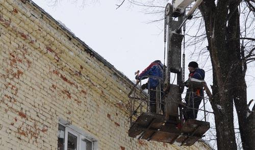 Фотофакт: коммунальщики Ижевска продолжают борьбу с сосульками