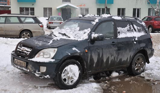 В Ижевске сошедший с крыши снег помял две иномарки