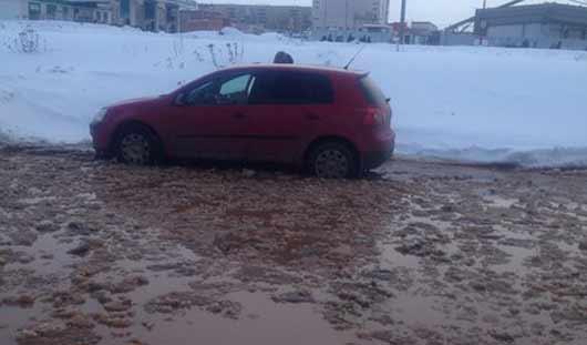 Коммунальная авария: проспект Калашникова в Ижевске затопило водой