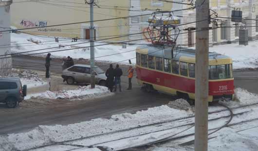 Ижевчанка создала пробку, бросив на дороге заглохший автомобиль