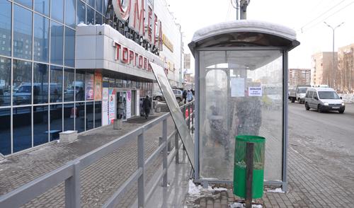 Фотофакт: новая остановка на 10 лет Октября в Ижевске «расклеилась»